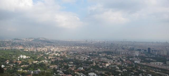 Über der Stadt: Barcelona vom Tibidabo aus Richtung Meer